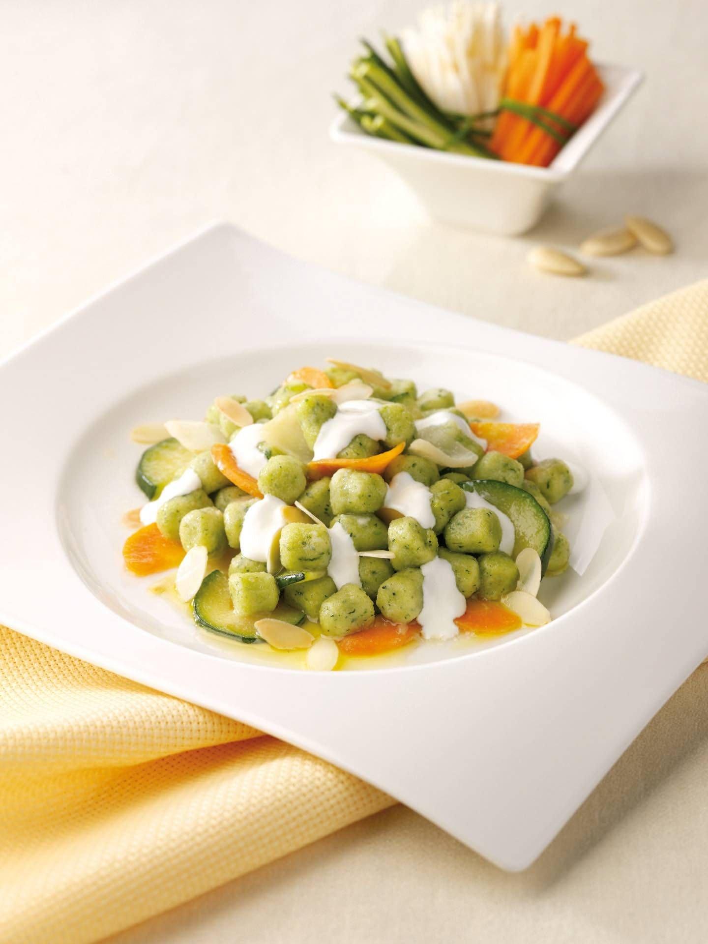 Gnocchetti verdi con ragù di verdure e salsa alle mandorle - Parmalat