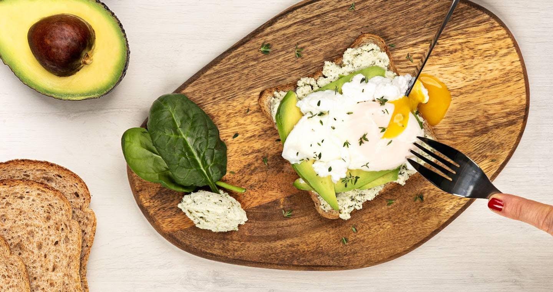 Avocado toast con Chef Ripieno, uova in camicia ed erbette - Parmalat