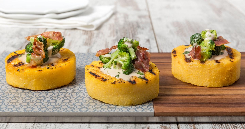 Medaglioni di polenta alla griglia con broccoli e prosciutto croccante - Parmalat